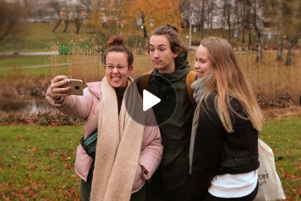 studerande tar selfie